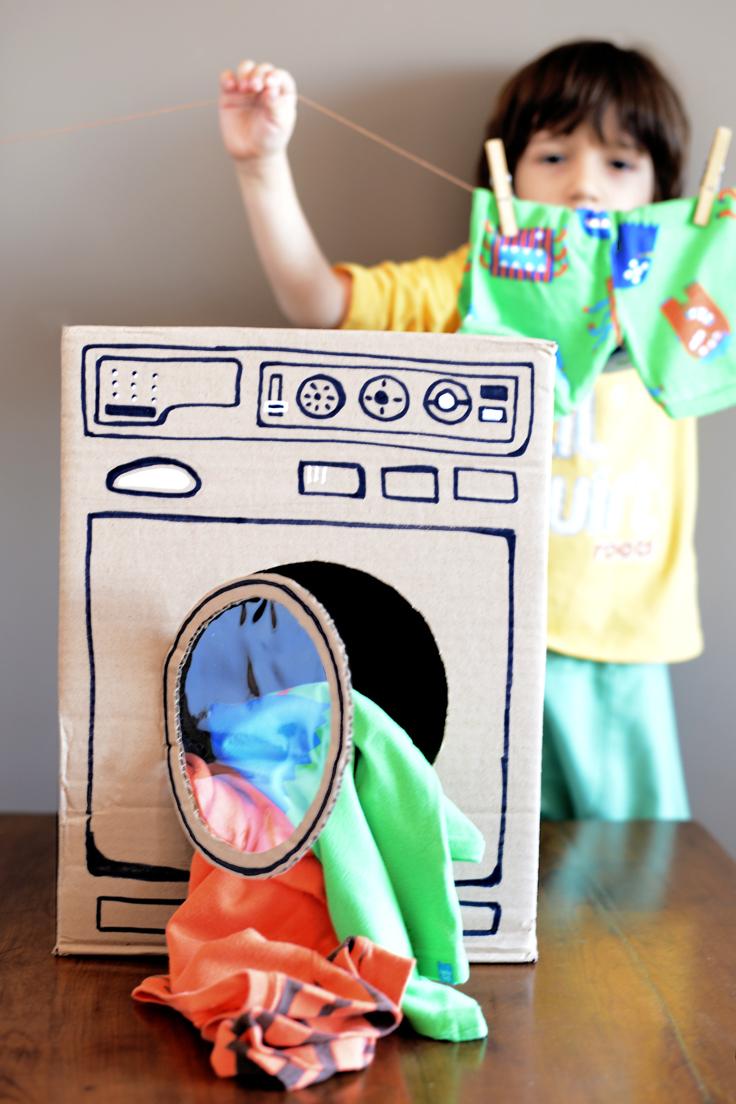 Παίζουμε μαζί: Πώς να φτιάξετε ένα πλυντήριο ρούχων με μία κούτα!