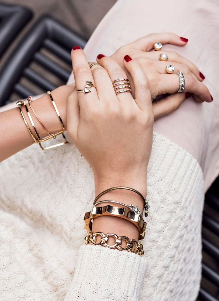 how to wear multiple pieces of jewelry at once, California style, how to wear golden jewelry together
