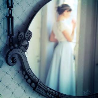 Jeune fille romantique au miroir