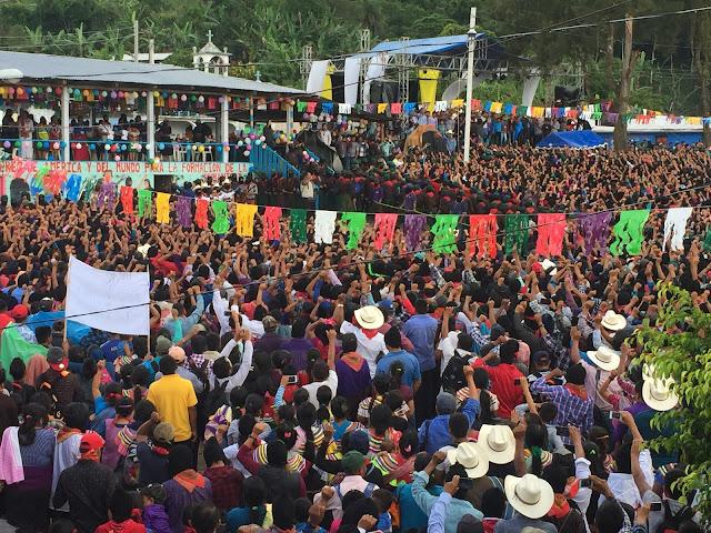 Bases de apoyo zapatistas escuchan a María de Jesús Patricio en La Garrucha
