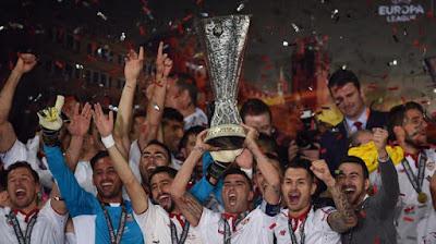 Sejarah Sevilla     Berdiri: 1905  Alamat: Avenida Eduardo Dato, s/n Spain  Telepon: (+34) 954 53 53 53 -  Surat Elektronik: sevillafc@sevillafc.es  Laman Resmi: http://www.sevillafc.es  Ketua: José María del Nido  Direktur: Ramón Rodríguez Verdejo 'Monchi'  Stadion: Ramón Sánchez Pizjuán    Didirikan pada 1905, Sevilla menjadi klub tertua yang didirikan di kota Sevilla dan yang kedua di wilayah Andalusia. Bermain di Primera Liga sejak musim 1934/35, Sevilla nyaris menjuarai gelar liga pertamanya lima tahun kemudian. Saat itu, Sevilla mencetak rekor mengesankan, antara lain dengan mengalahkan Barcelona 11-1, Valencia CF 10-3, dan Hercules CF 8-3. Sayangnya, pada pertandingan terakhir Sevilla ditahan imbang Hercules 3-3 sehingga gelar juara terbang ke tangan Atletico Aviacion.  Gelar tersebut baru datang musim 1942/43, sekaligus gelar terakhir Sevilla di Primera Liga hingga saat ini. Striker Oliver Ward mencetak 29 gol musim itu untuk turut memastikan gelar Sevilla. Enam tahun kemudian, Sevilla meraih gelar Copa del Rey terakhir sebelum diulangi kembali pada 2006/07. Sevilla menjadi tim semenjana di Spanyol sepanjang 1960-an hingga 1980-an. Beberapa kali klub terdegradasi dan naik promosi lagi dari Divisi Segunda.  Kebangkitan Sevilla saat ini ditandai dengan keberhasilan menjuarai Segunda musim 2000/01 bersama pelatih Joaquin Caparros. Pada 2004, presiden
