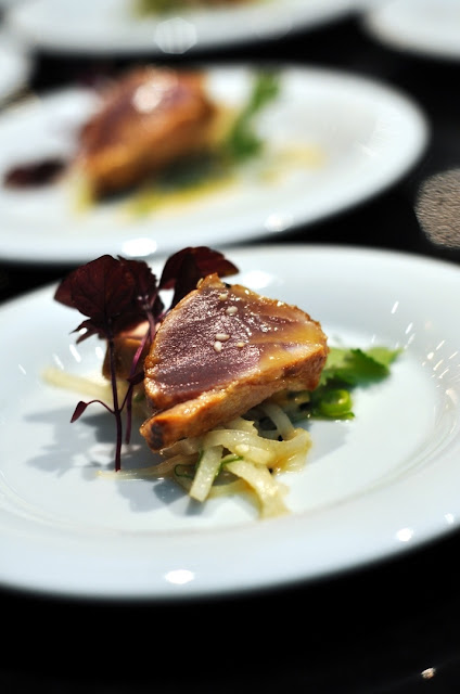 Thunfisch-Tataki in Miso mariniert mit Daikon und Sesam