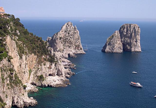 Barco próximo dos Faraglioni na Ilha de Capri