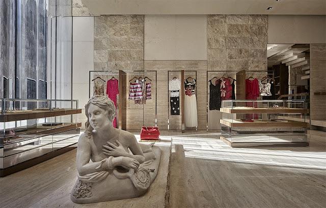 Roupas na loja Dolce & Gabbana em Miami