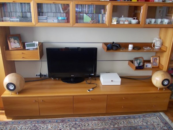 Stereo System With 4 Bland Matt Bowls And 2 Lack Shelves