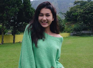 Zoe Abbas Jackson Senyum