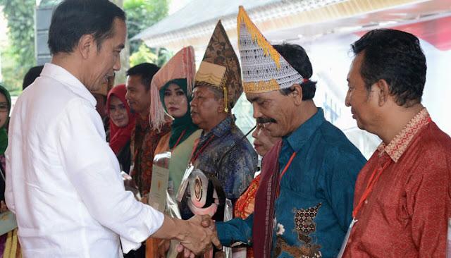 Presiden Jokowi saat menyerahkan 7.000 sertifikat tanah bagi masyarakat Sumatra Utara yang digelar di Lapangan Adam Malik, Kota Pematang Siantar, Senin (17/11/2017) yang lalu