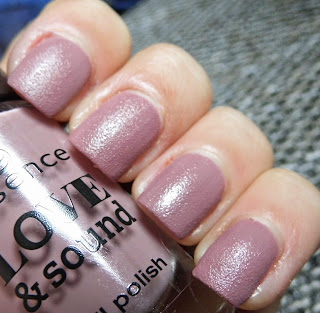 essence-love-and-sound-limited-edition-03-glastonberry-texture-polish-swatch-picture