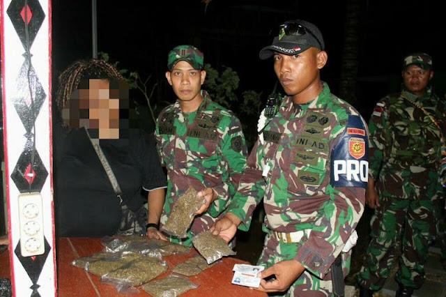 Wanita Bawa 265 Gram Ganja Diamankan Satgas Pamtas Yonif PR 328 Kostrad di Perbatasan