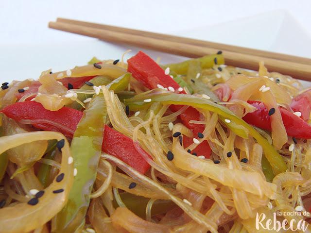 Glass noodles con verduras y sésamo
