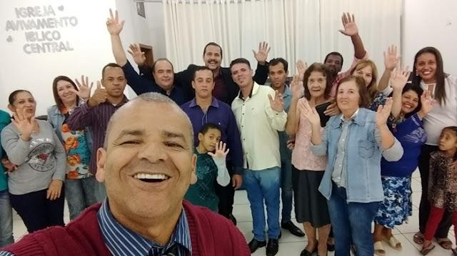 Em Mandaguari, Maurílio Viana participa de culto na igreja Avivamento Bíblico