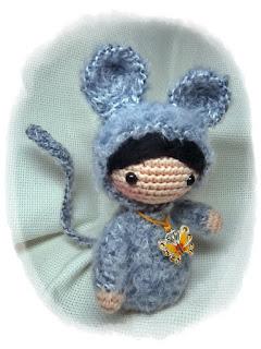 Куколка амигуруми в костюме мышки