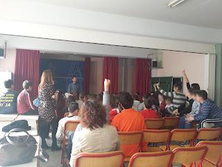 Παιδιά με σηκωμένα χέρια περιμένουν να κάνουν ερωτήσεις στο Βαγγέλη