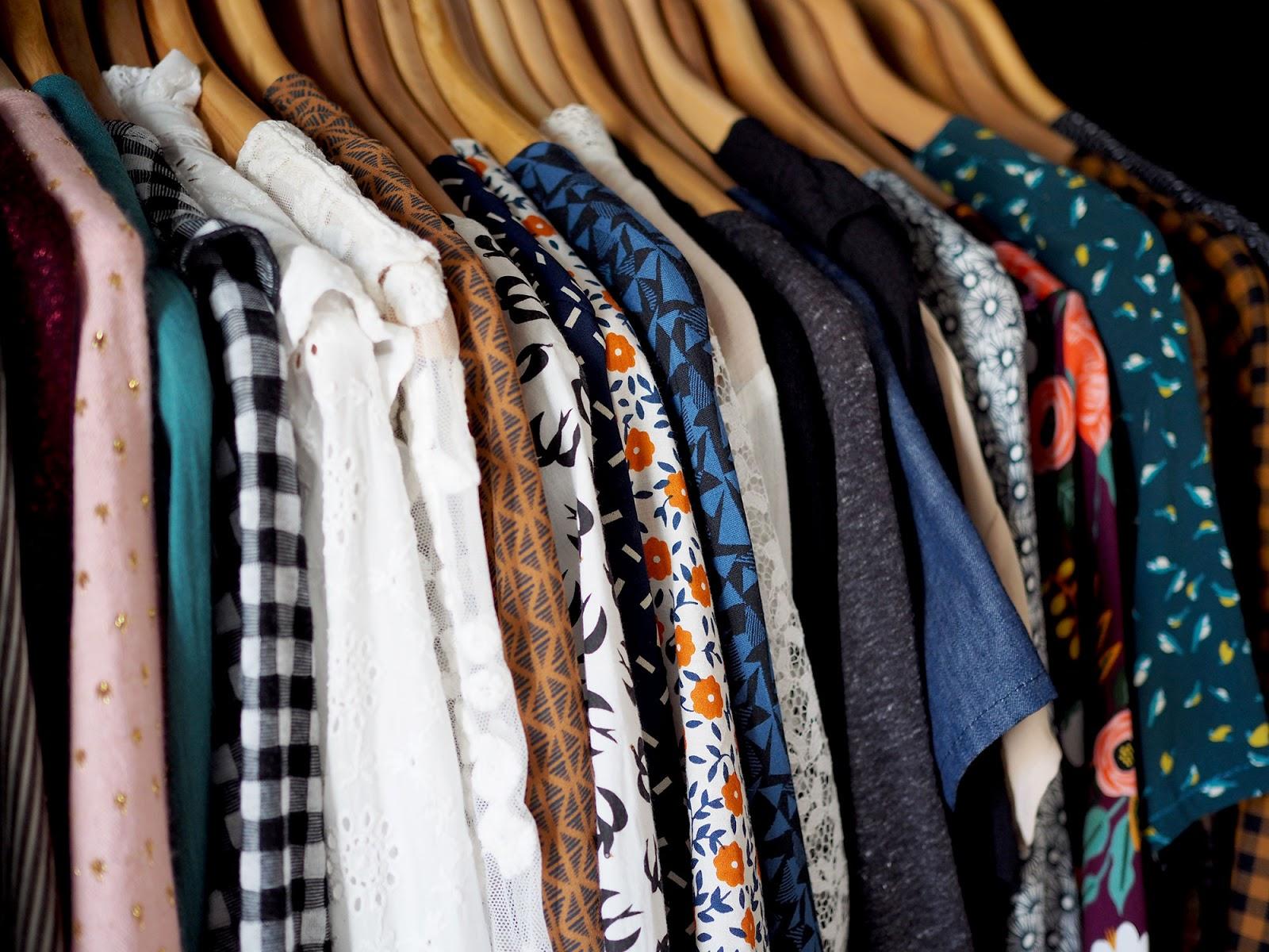 eefa84f8cc43 Deux fois par an, je fais un gros rangement dans mon dressing. En début de  printemps et d automne, je sors pour les 6 mois à venir tous les vêtements  dont ...