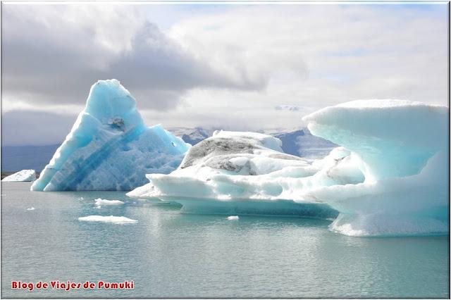 Los paisajes del lago glaciar Jokulsarlón se pueden recorrer a bordo de un coche anfibio.