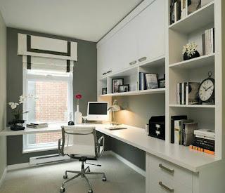 oficina con escritorio amplio