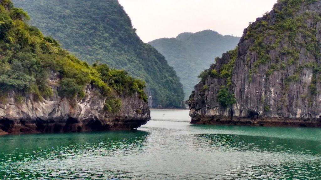 Explorando Halong Bay, localizada no Vietnã, com crianças