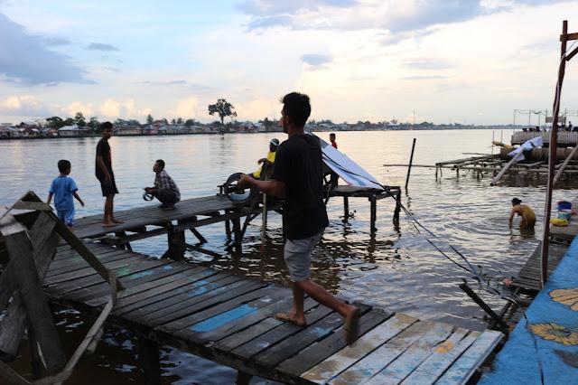Bermain layang-layang di tepian Sungai Kapuas