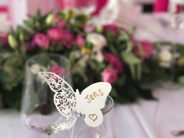 Tischkarten Schmetterlin Pink travel themed wedding - Reise ins Glück Hochzeitsmotto im Riessersee Hotel Garmisch-Partenkirchen, Bayern Sommerhochzeit im Seehaus in den Bergen, Hochzeitsplanerin Uschi Glas