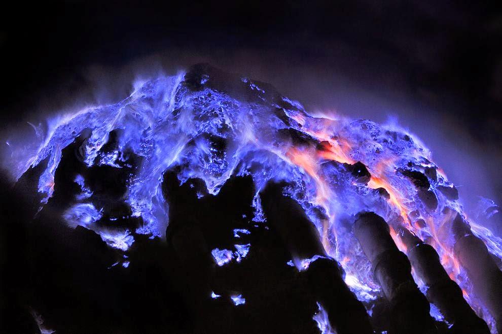 Vulcão na Indonésia está expelindo incríveis chamas azuis