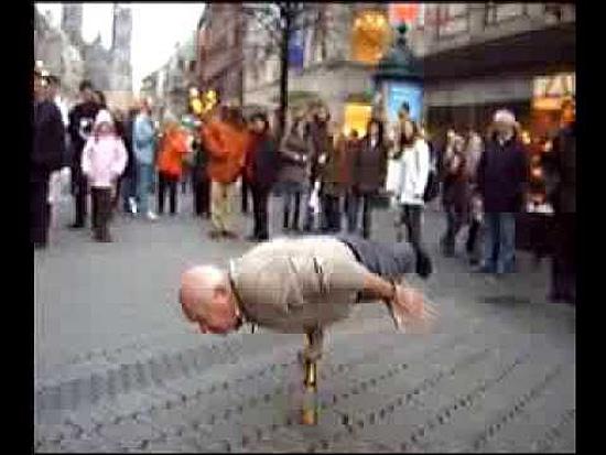 Velhinho fazendo acrobacias