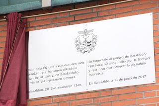 Placa de homenaje a las víctimas de la Guerra Civil colocada en Herriko Plaza