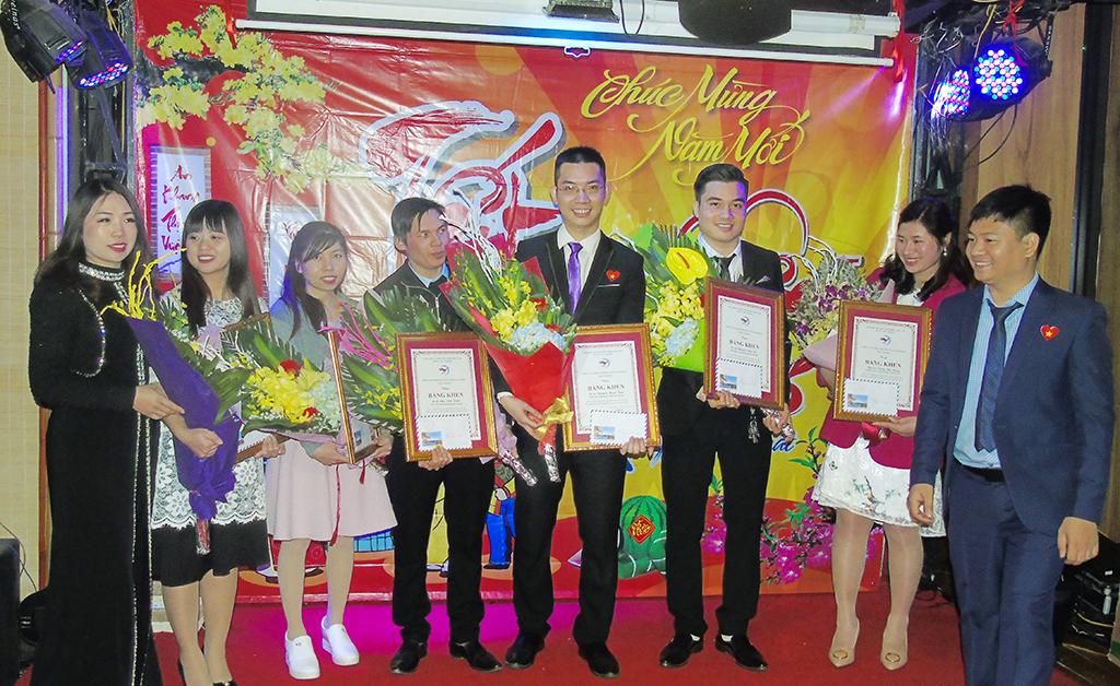 """Dương Văn Bốn """"Thầy Dương vui tính"""" tặng bằng khen cho cán bộ xuất sắc của năm"""