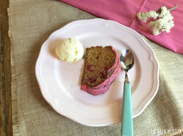 bundt-cake-de-frambuesa-con--helado-de-vainilla