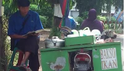 Abang Bakso Ini Tunggu Pembeli Sambil Baca Al-Qur'an
