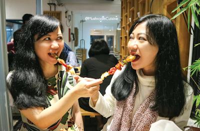 Si Jamur Kembar siap-siap melahap Japanese BBQ Grill di Ni Juu Go Resto