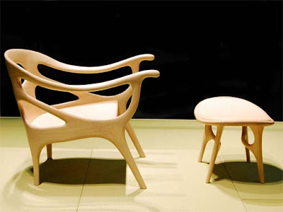Mesa de centro y silla talladas