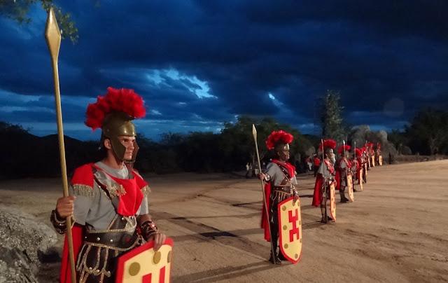 pessoas vestidas como soldados romanos
