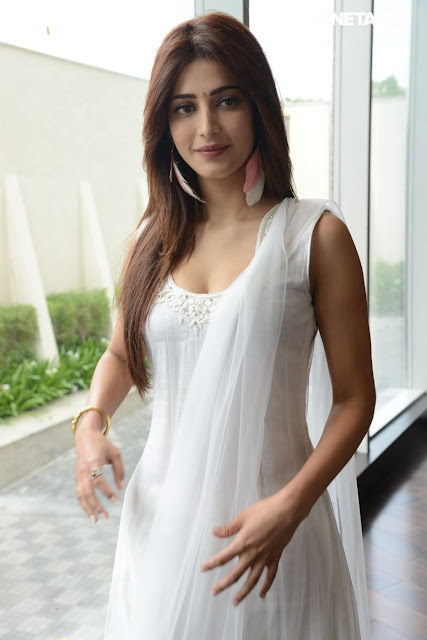 Beautiful Shruti Hasan in White Salwar Kameez Wallapers