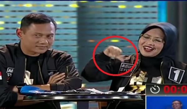 Sylviana Murni terlihat menunjukkan tanda jempol ke bawah ketika mantan atasannya Basuki Tjahaja Purnama sedang menyelesaikan argumen