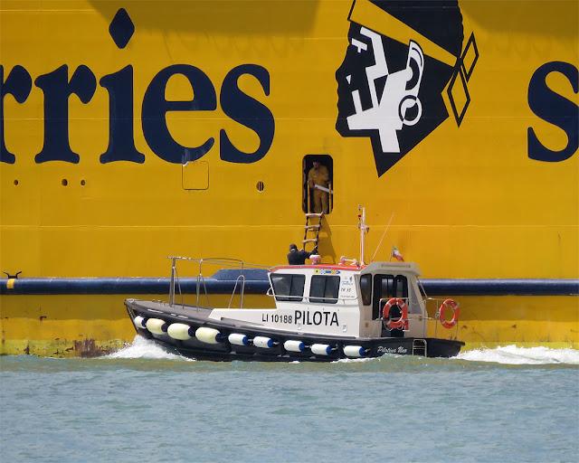 Pilotina e traghetto Mega Express Five, IMO 9035101, porto di Livorno