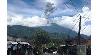 Visual Gunung Agung dilihat dari Desa Sibetan, Karangasem, pukul 12.01 Wita, Sabtu
