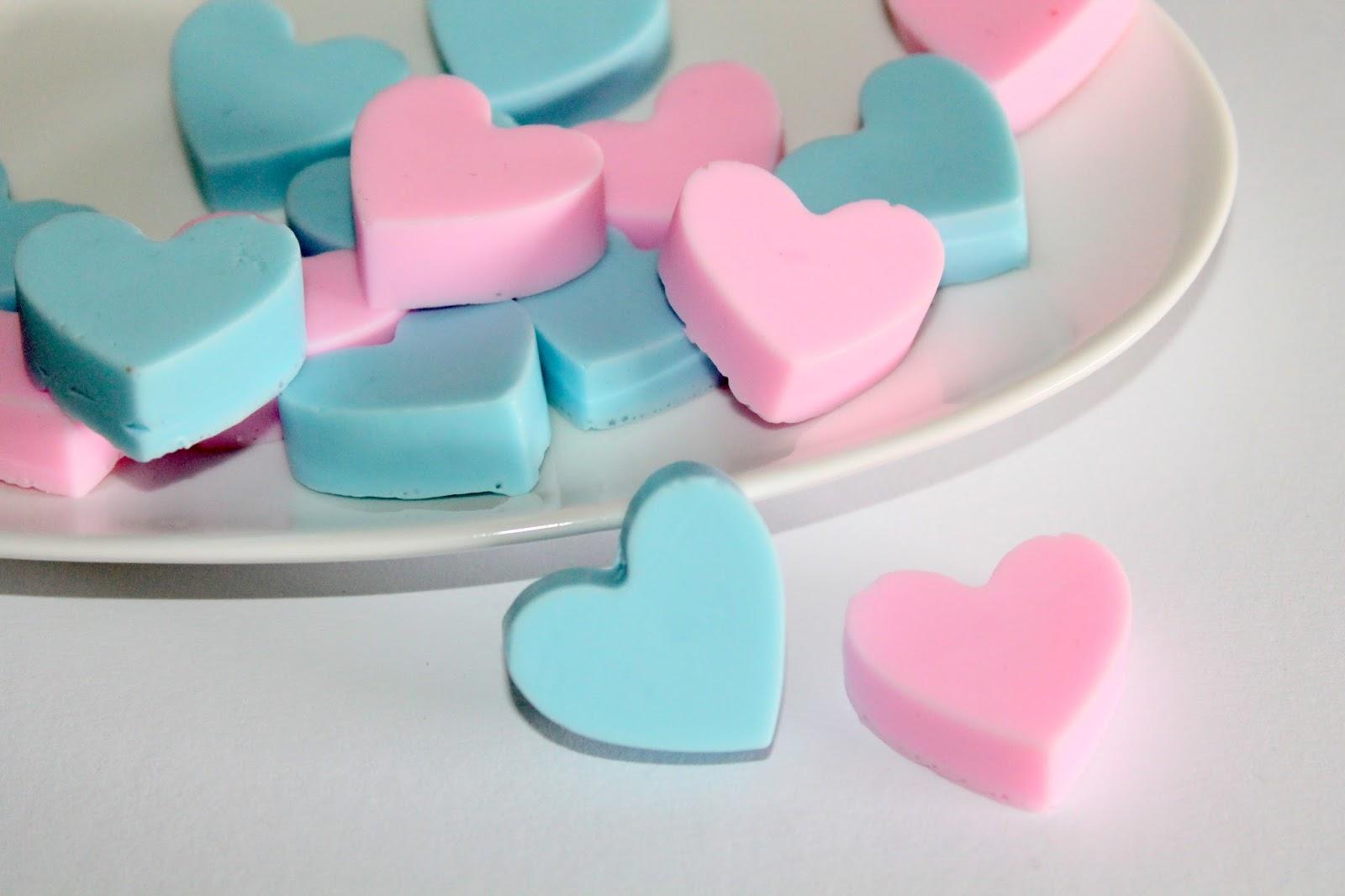 DIY, Basteln: Seifenherzen in rosa und blau als Geschenkidee, Kosmetik, Beauty und Wohndekoration - DIYCarinchen
