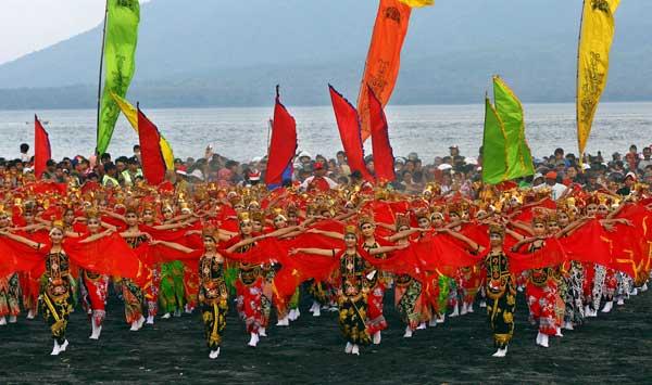 Hasil gambar untuk Parade Gandrung Sewu 2012