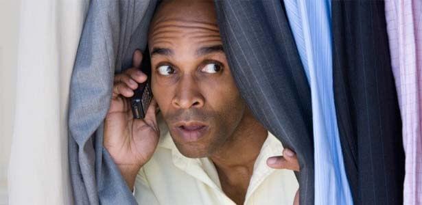 Esposo escondido llamando por celular y engañando a su esposa