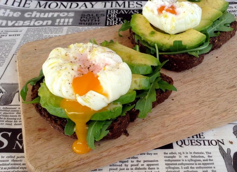Healthy brunch: Tostas de pan negro con aguacate y huevo poché