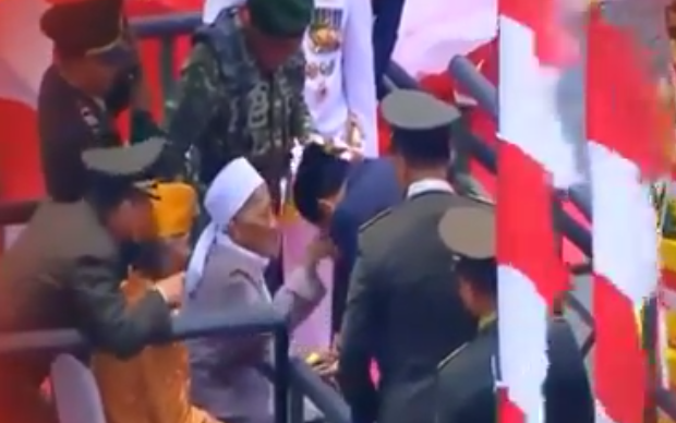 HUT TNI 72, Jokowi Cium Tangan KH. Sholeh Qosim, Pejuang Hizbullah