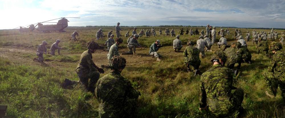 Paraquedistas poloneses, americanos e canadenses treinam na Polônia com os olhos postos na Ucrânia