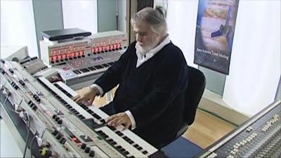 Vangelis improvisando con su sistema MIDI 'custom' en su estudio principal en Grecia en el mejor momento de Vangelis And The Journey To Ithaka (2013).