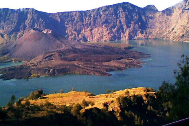pemandangan gunung baru jari dan segara anak rinjani via plawangan senaru