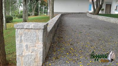 Piso externo em entrada da sede da fazenda em Atibaia-SP. Piso de pedra com pedrisco cinza com as muretas de pedra com pedra folhetinha de paralelepípedo rachado.