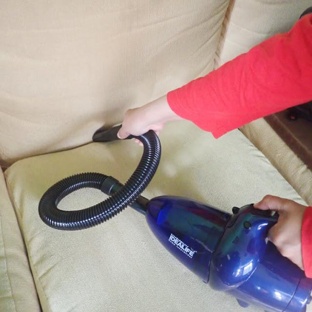membersihkan debu rumah dengan vacuum cleaner
