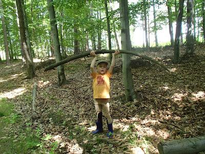 śmieszne miny, pozowanie do zdjęć, zabawa w lesie
