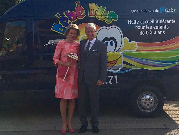 Queen Mathilde wore Natan pink floral print dress and Natan pumps to Asty-Mouli school and Bebe Bus creche visiting..