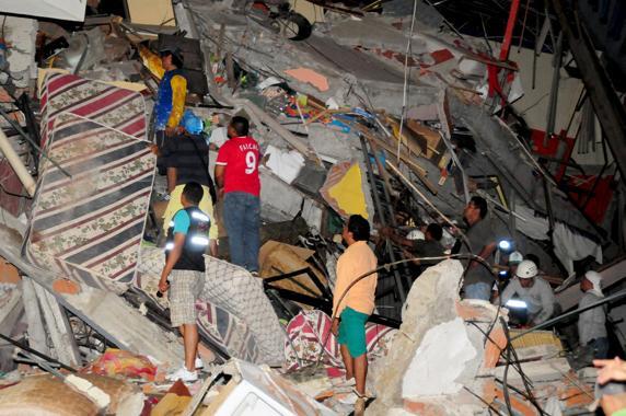 Pueden ser cientos los muertos por terremoto de Ecuador