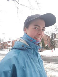 Coureuse dehors, casquette, pluie, hiver, Montréal